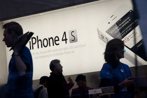 Apple Counts on IPhone Being Too Cool for U.S. Agency to Ban