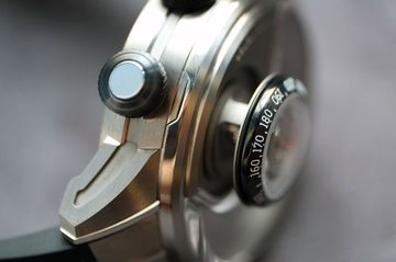 The speedometer module sits 6mm above the rest of the watch when deployed.
