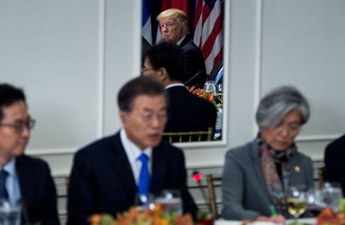 韓国の文在寅大統領の発言を聞くトランプ米大統領(9月21日)