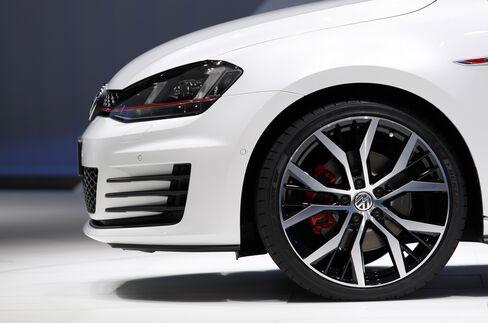 VW Rises as Audi Boosts Car-Market Ranking Goal