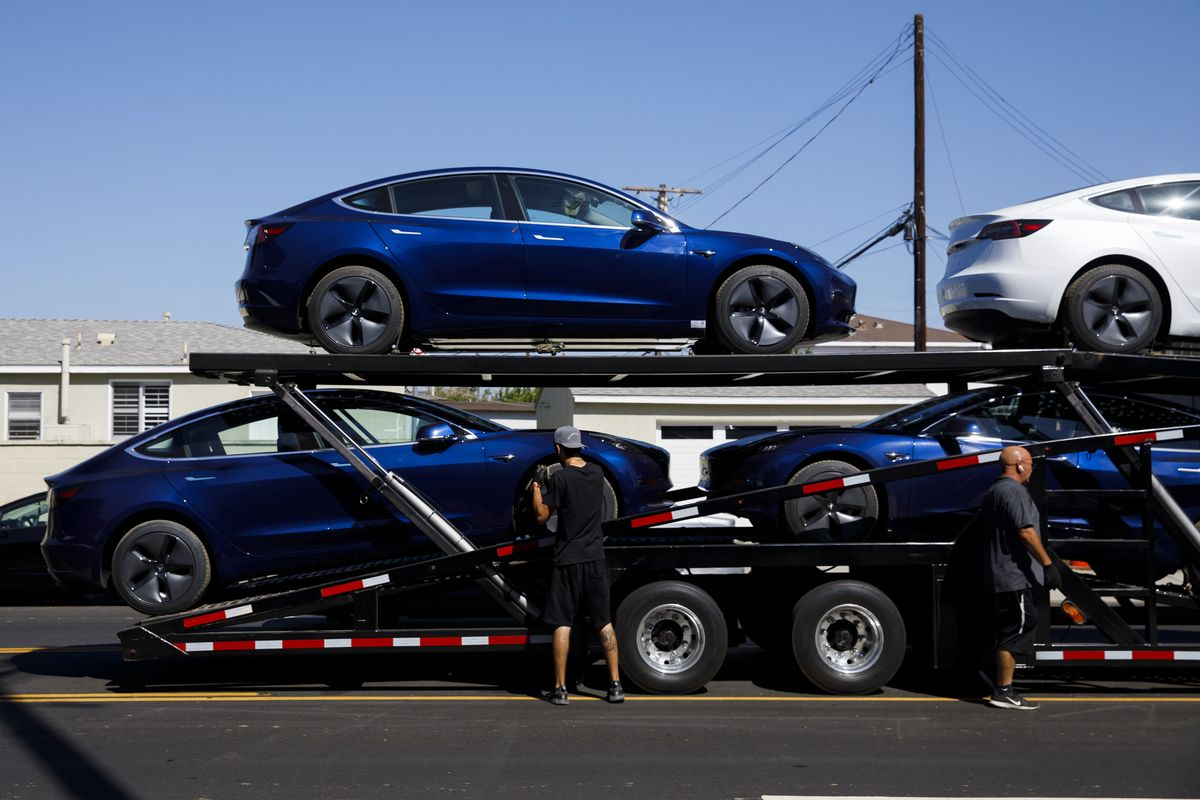 Tesla Must Go `All Out' to Set Deliveries Record, Musk Says