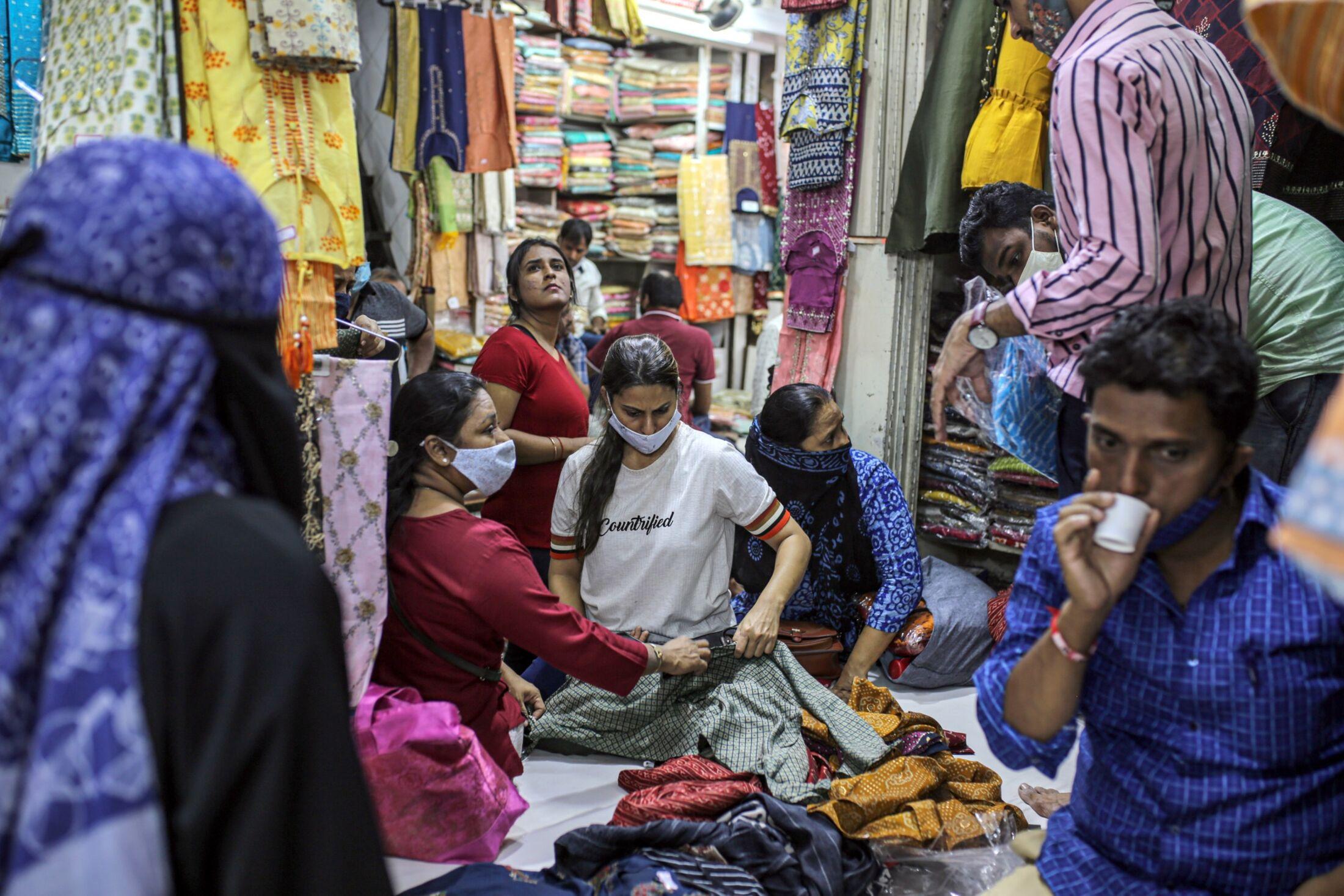 【コロナ】インドでコロナ新規感染急減の謎−生活ほぼ正常化、商店にぎわう