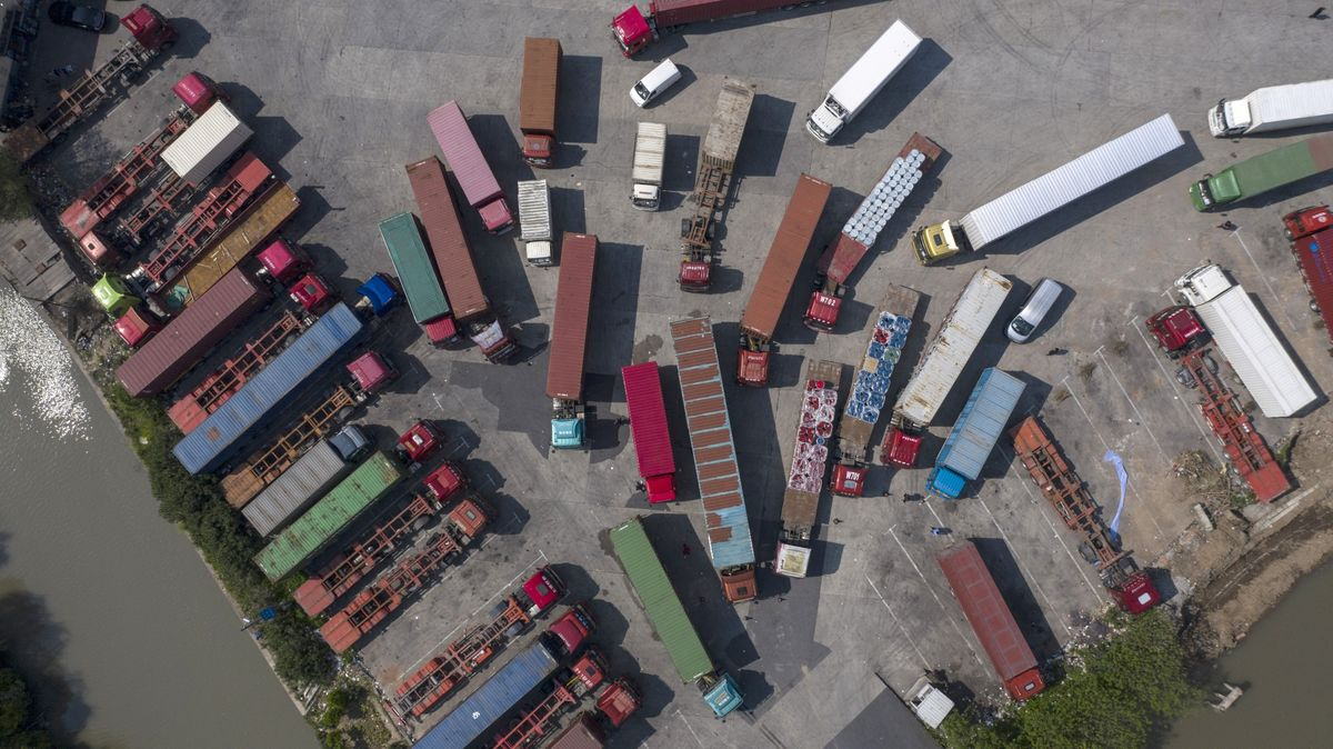 China's Full Truck Climbs in Debut After $1.6 Billion IPO