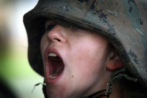 Pentagon Moving Toward Women in Combat Weighs Setting Standards