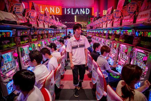 スロットマシーンで遊ぶカジノ客