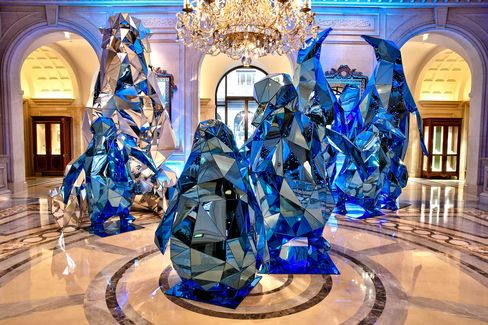 Mirrored penguins and polar bears in the lobby of the Four Seasons Paris. Designed andcreated by artistic director Jeff Leatham.