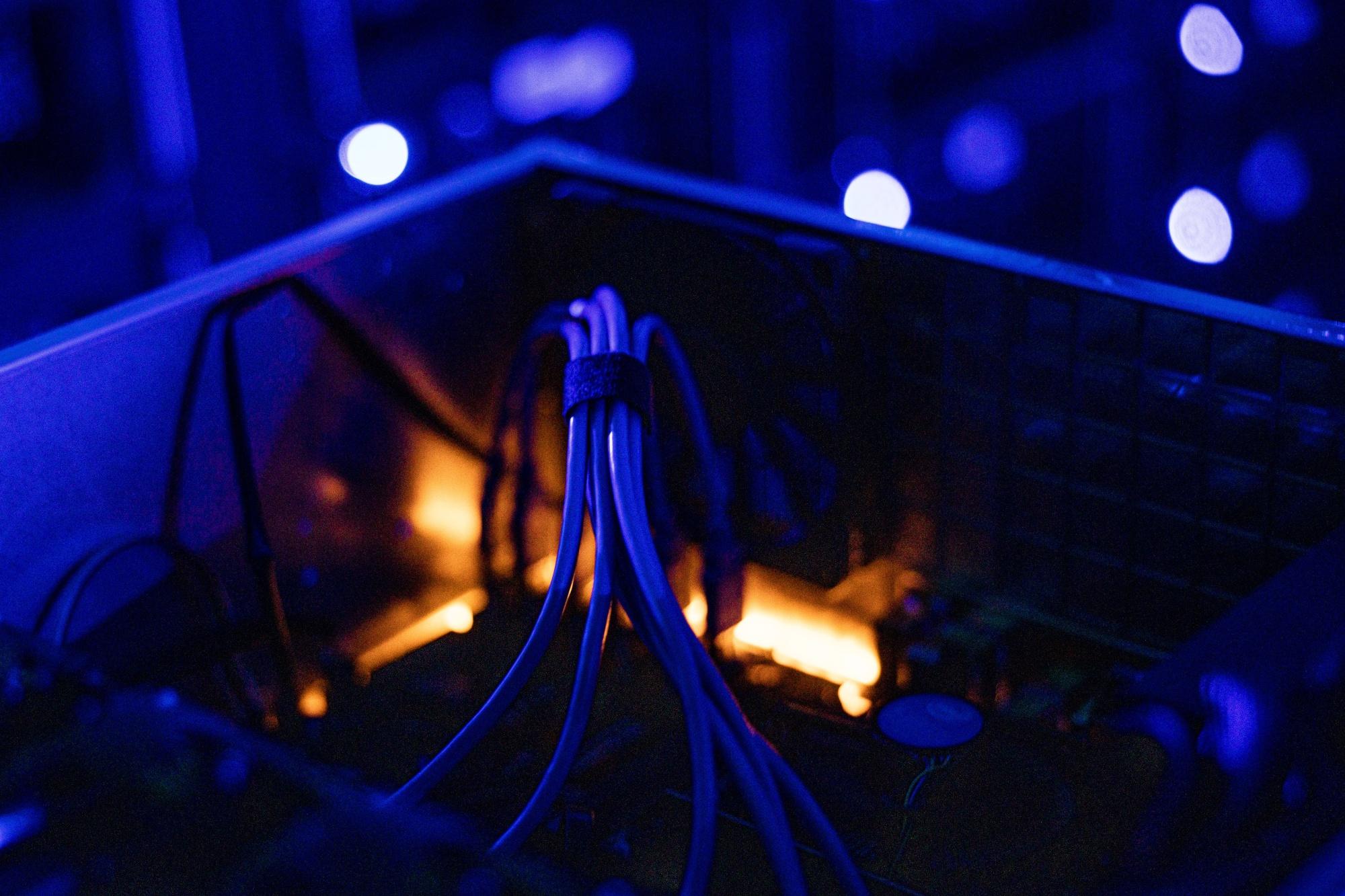 Kabel di dalam unit pemrosesan grafis rumah undian (GPU) yang digunakan untuk menambang cryptocurrency Ethereum dan Zilliqa di peternakan crypto Evobits di Cluj-Napoca, Romania, pada hari Rabu, 22 Januari 2021. Cryptocurrency paling berharga kedua di dunia, Ethereum , menguat 75% tahun ini, melampaui saingannya yang lebih besar, Bitcoin.