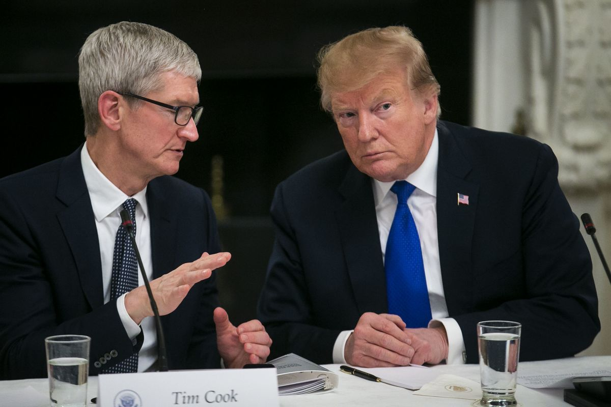 Trump Says Apple's Cook Concerned About Losing Edge to Samsung With Tariffs