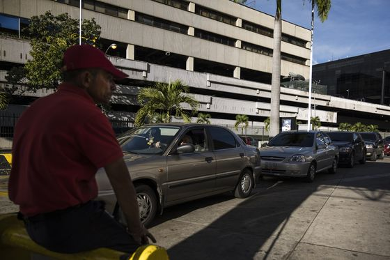 Gasoline Shortages Grip Venezuela's Capital Ahead of Christmas