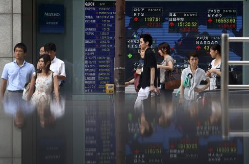 株価ボード前歩行者のイメージ画像