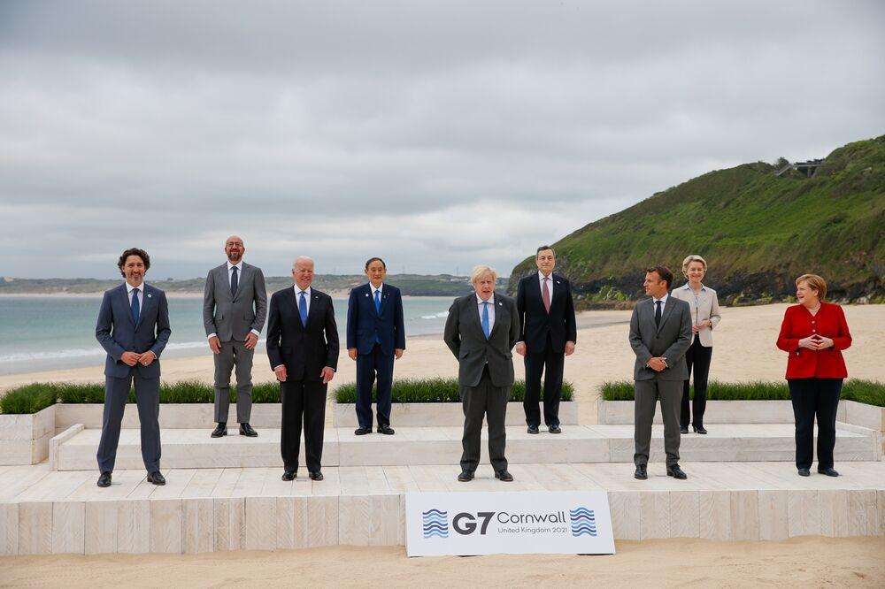 Liderzy zbierają się na rodzinne zdjęcie G-7 w Carbis Bay w Wielkiej Brytanii 11 czerwca.