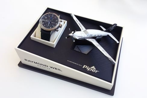The Freelancer Piper comes with a modern Raymond Weil Piper plane model and a special box.