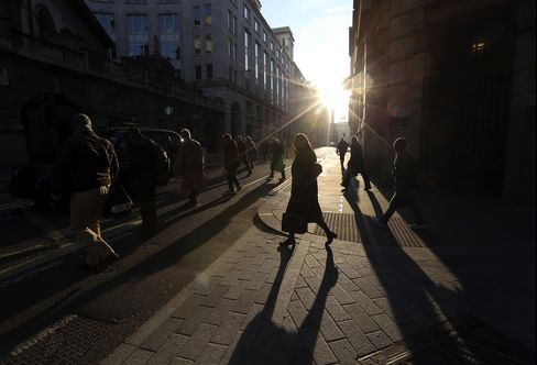 London Fund Managers Grow More Upbeat on Economy, Survey Shows