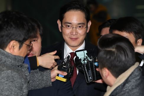 Samsung Vice Chairman Jay Y. Lee's Departure from Special Prosecutor's Office Following Questioning in Bribery Probe