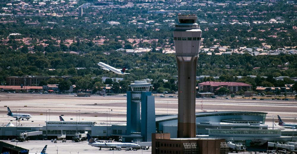 Las Vegas Airport Tower Closes After Controller Gets Virus - Bloomberg