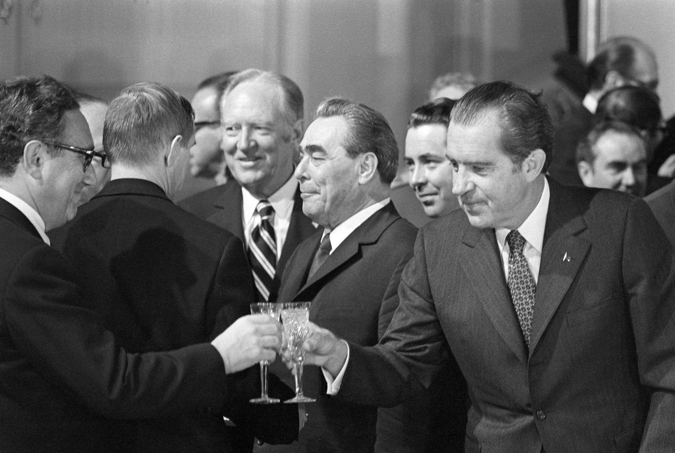 Putin has lessons for trump in the art of great powerness nixon toasts with kissinger after signing the salt agreement as leonid brezhnev stands behind in 1972 platinumwayz