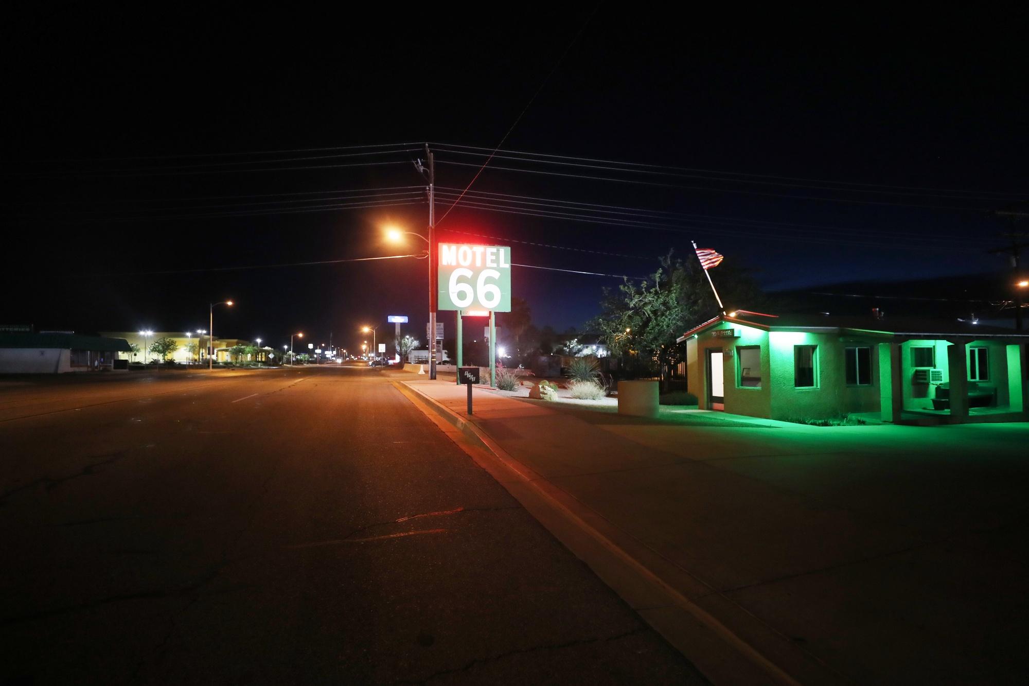 Sebuah motel di Route 66 yang bersejarah pada 22 Mei, awal pekan Memorial Day, di Barstow, California.