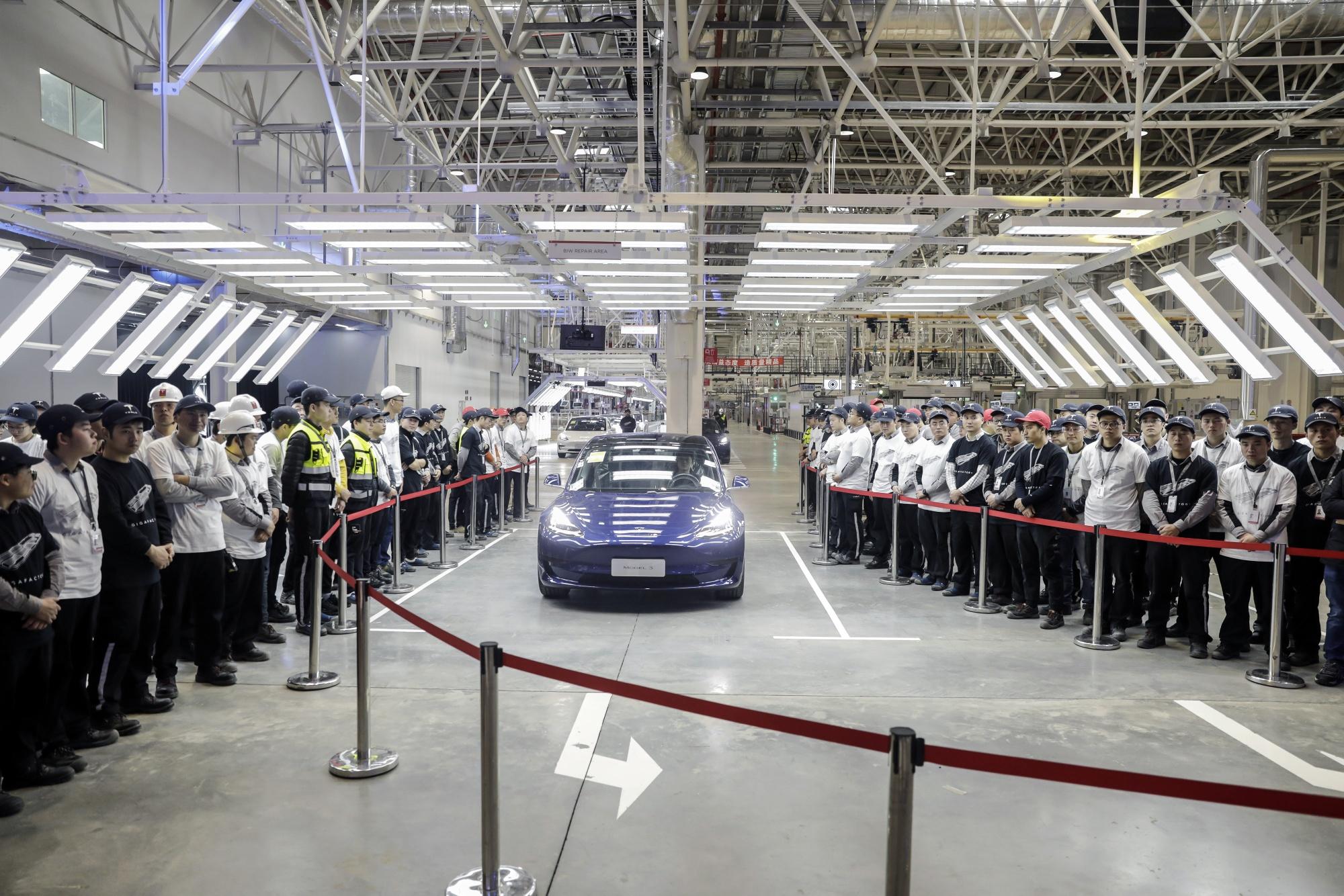 テスラが最初の中国製車を上海の従業員に引き渡す