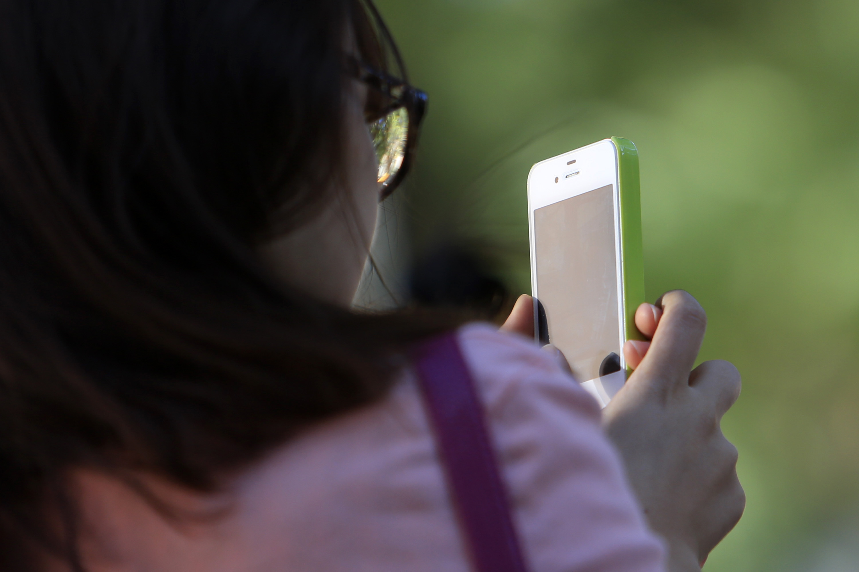 bloomberg.com - Scott Moritz - Consumers Are Hanging On to Old Mobile Phones in Record Numbers