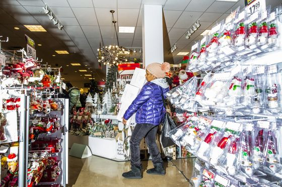 Old-School Retailers Stumble Into Holiday Spending Weekend