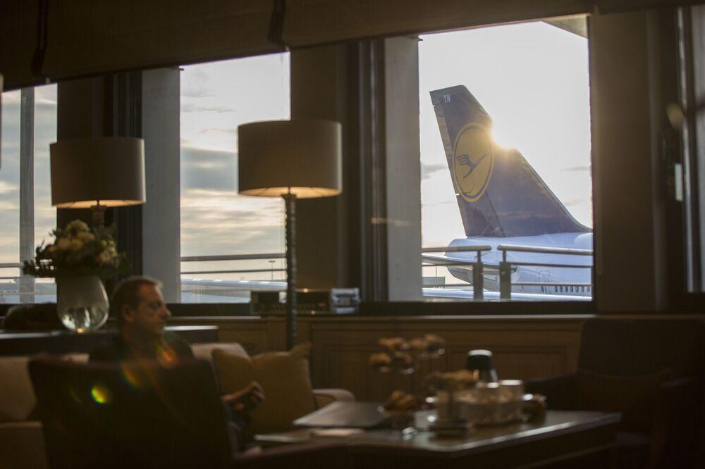 Il logo Deutsche Lufthansa AG si trova sulla pinna caudale di un aereo passeggeri.