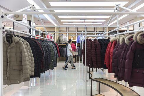 波司登の店舗内を見て回る客