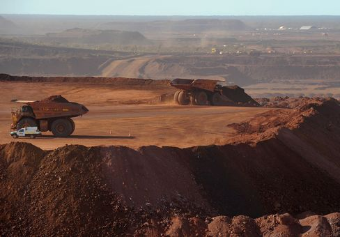 Fortescue Cuts Spending Forecast by 26% on Lower Iron Ore Prices