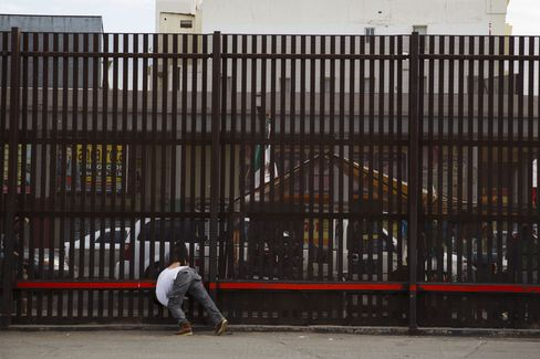 米国とメキシコ国境を隔てる柵
