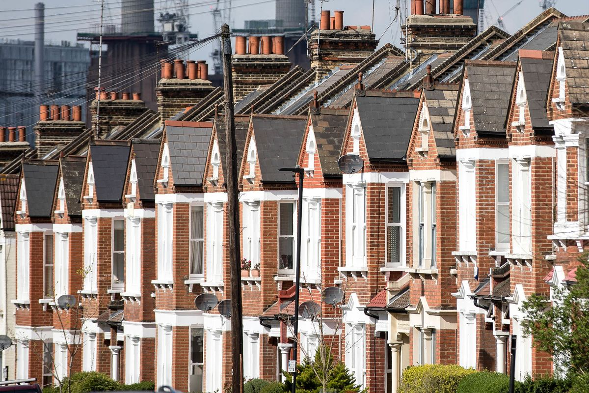 London's Hottest Home Markets See Price Cuts in Sign Peak's Near