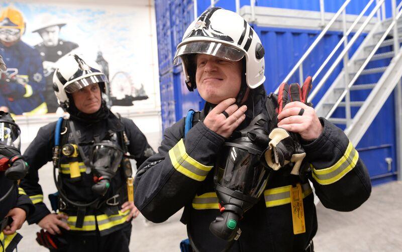 Ο Boris Johnson παίζει με τη φωτιά στο θέμα της στερλίνας