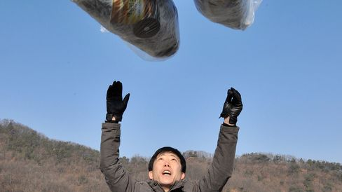 Park Sang Hak, who heads a group of North Korean defectors, releases a balloon carrying anti-North Korea leaflets at a park in the border town of Paju, north of Seoul, on January 15, 2014.