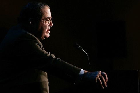 With a Sharp Tongue, Scalia Challenges the White House