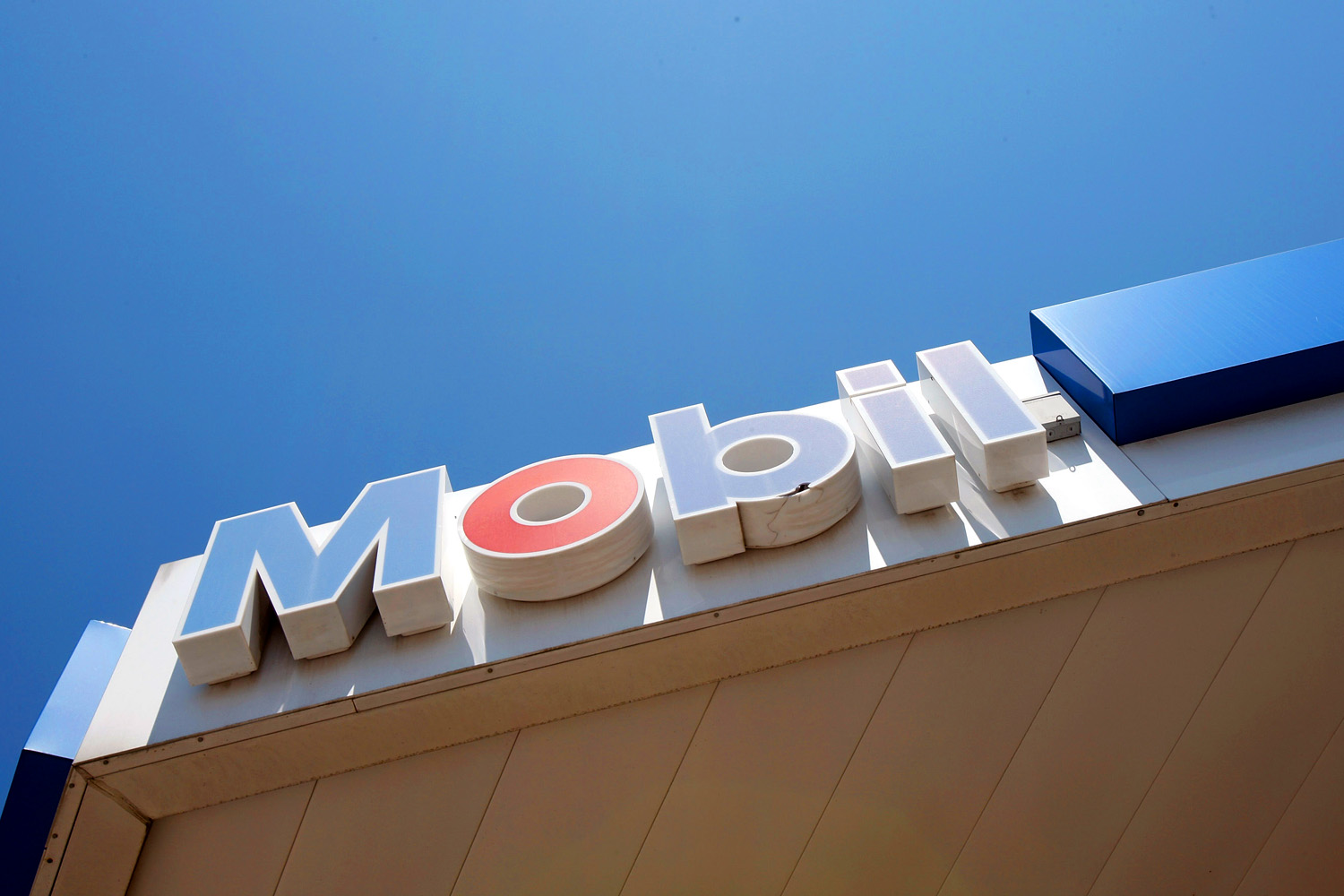 exxon mobile corp v allapattah services Exxon mobil corp v allapattah services facts: these are consolidated cases that concern gasoline dealers and their suppliers in each of these diversity class actions, the dealers allege that the supplier breached their sales agreement at issue here is the statutory interpretation of 28 usc section 1367, which covers the amount in controversy requirement for class action law suits.