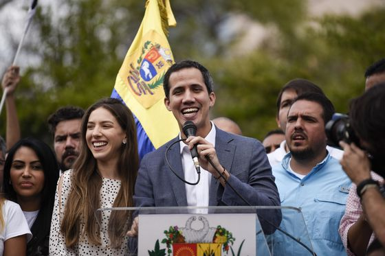 Trump Slaps De-Facto Oil Ban on Venezuela