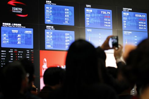 Nikkei 225 Caps Biggest Monthly Loss in Two Years on Greece, Yen