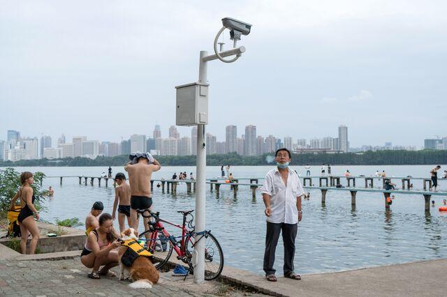 Swimmers enjoy a weekend dip at Donghu Lake in Wuhan.