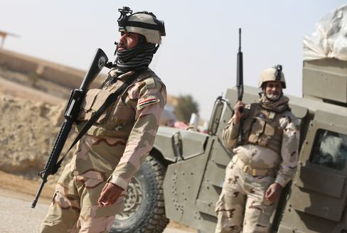 Iraqi Soldiers Stand in Ein Tamer