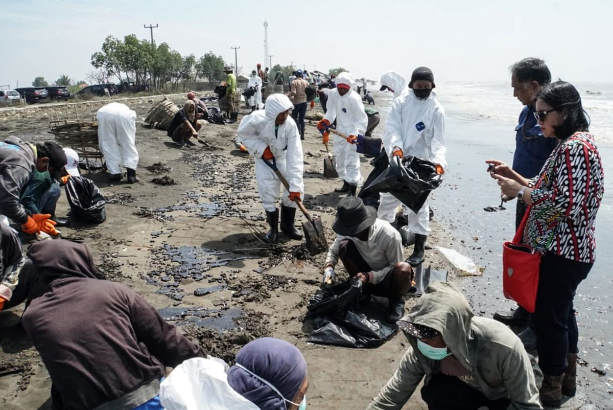 Indonesia May Plug Java Oil Spill Early as Crude Leak Eases