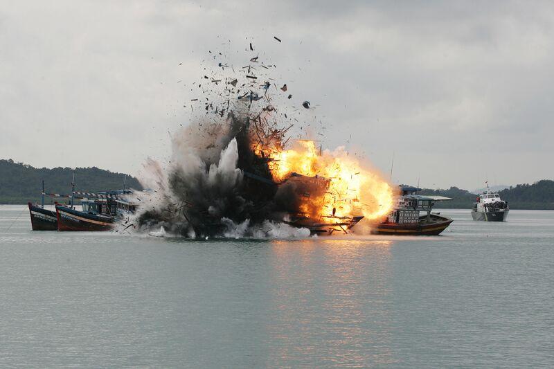TNI AL tenggelamkan 6 kapal penangkap ikan asing di Batam. Foto: Sijori Images/Barcroft Media via Getty Images