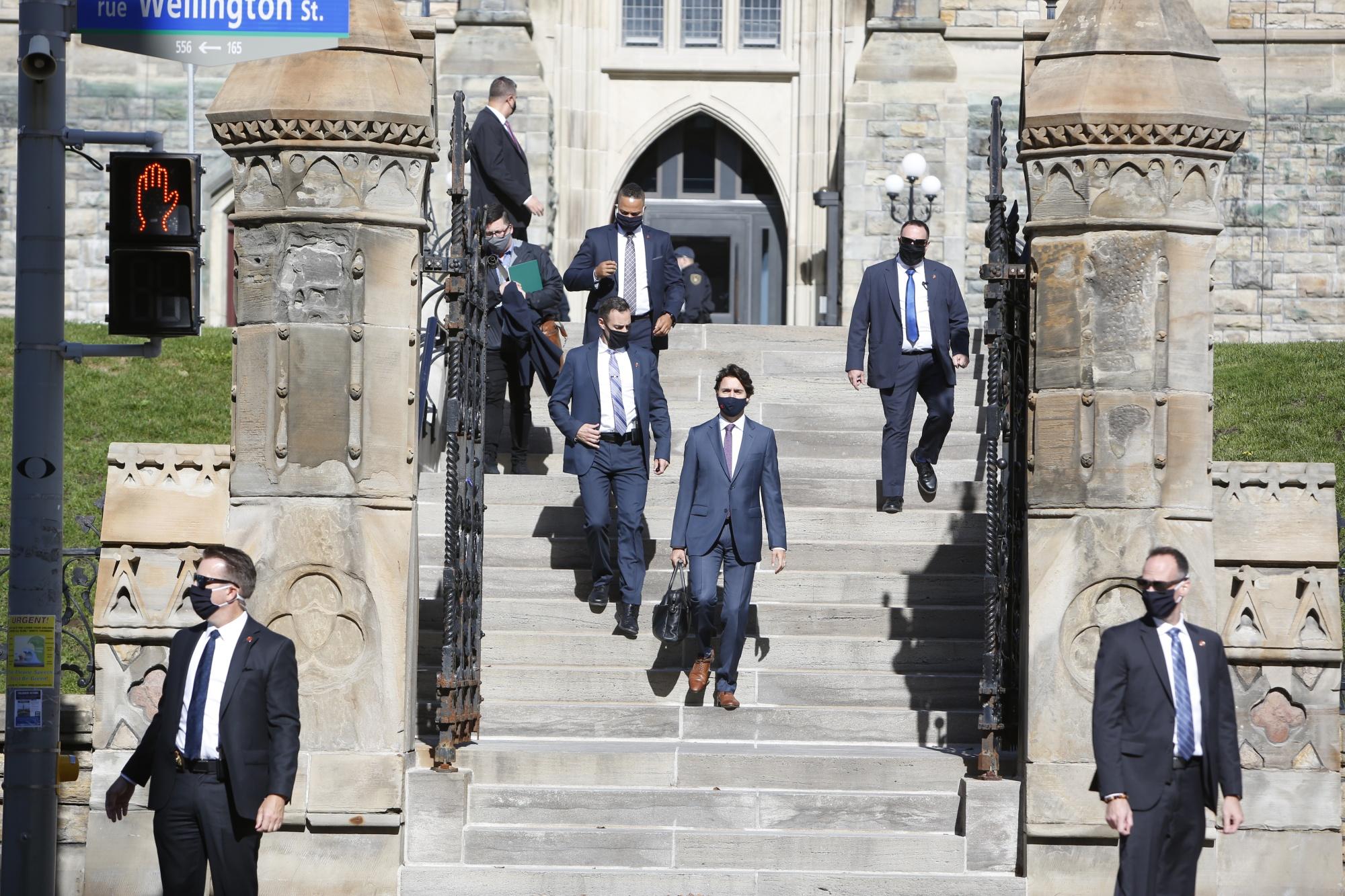 Justin Trudeau, center, leaves the West Block on Parliament Hill in Ottawa, Oktawa.  1.