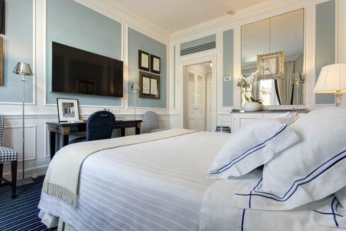 フェラガモが所有するホテル・ルンガルノの改装された客室