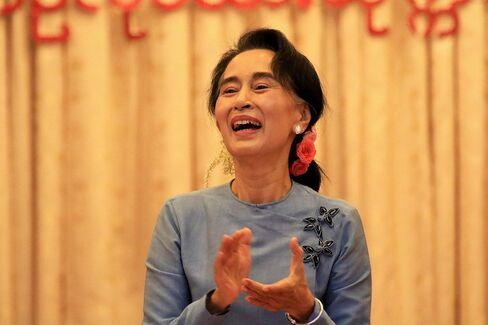 Myanmars Suu Kyi joins event honoring trishaw drivers