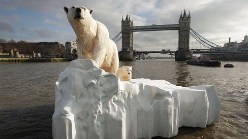 1468320894_160712_polar_bear_statue_london_climate_change_getty