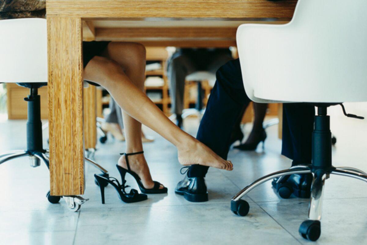 На столе в офисе секс