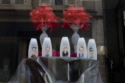 美容室のショーウインドーに飾られた仏大統領候補の似顔絵が付いたシャンプーボトル
