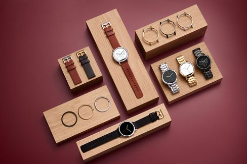 By mixing metals, bands, and sizes, you can get hundreds of different Moto 360 versions.