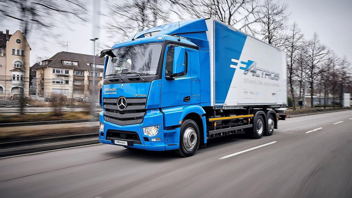 Daimler Dumps Gas-Powered Truck Bid to Build CO2-Neutral Fleet