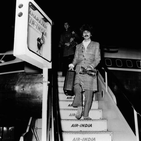 ロンドンの空港にエア・インディア機で到着したビートルズのジョージ・ハリスン(1968年1月)