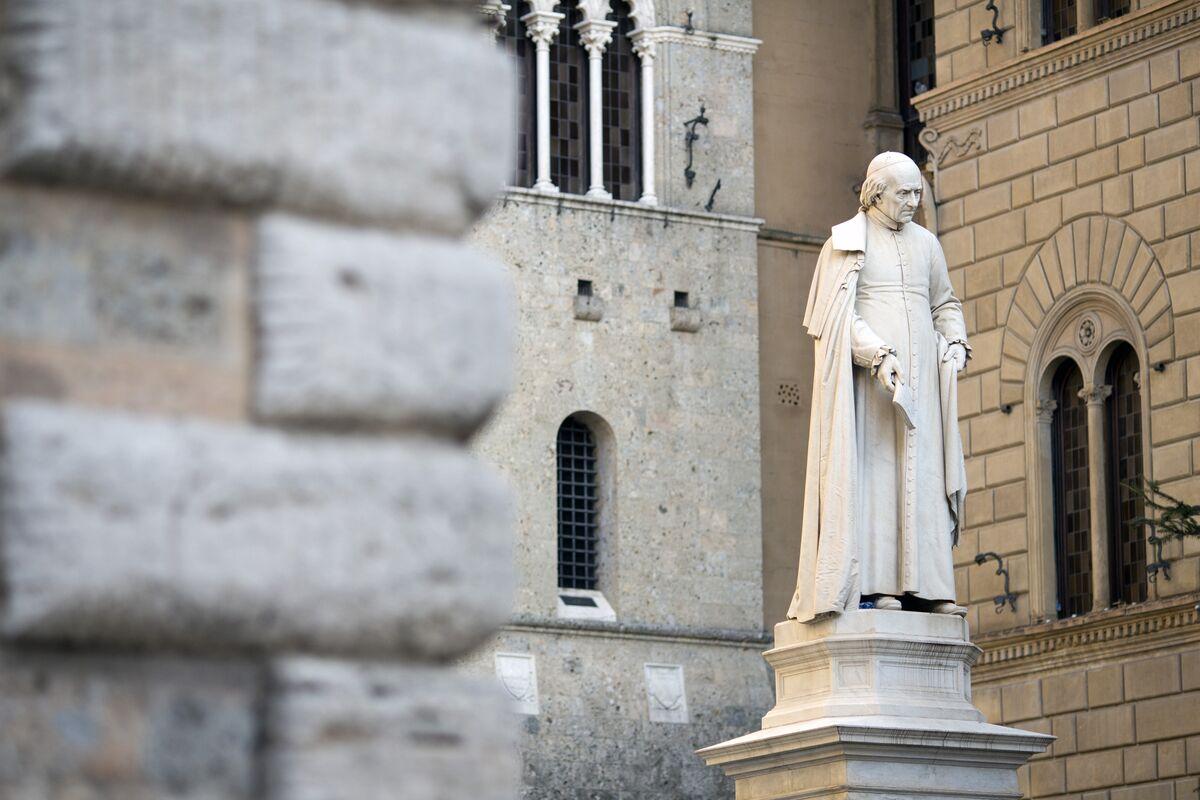 La statua di Sallustio Bandini, economista e politico, si trova in piazza Salimbeni di fronte alla sede della banca Monte dei Paschi di Siena SpA a Siena.