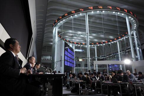 東証での企業決算発表の様子